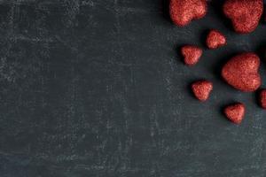 corazones rojos en una pizarra para el día de san valentín