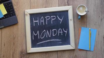 una pizarra con feliz lunes escribió en ella