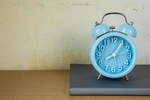 reloj despertador en libros de texto