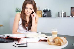 joven estudiante mujer con muchos libros estudiando