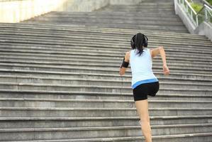 Atleta corredor corriendo en las escaleras.