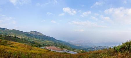 Panorama de las montañas y el camino, Khaoko, Tailandia foto