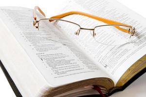 estudiando la santa biblia foto