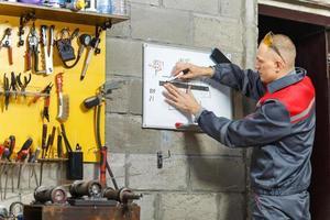 trabalhador mecânico estudando suas instruções