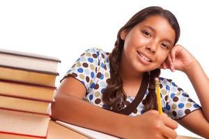 muy sonriente niña hispana estudiando