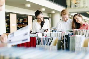 groupe d'étudiants qui étudient en bibliothèque