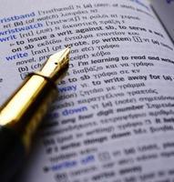 escritura de palabras en un diccionario inglés-griego y pluma estilográfica