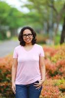 modelo asiático sonriendo en el parque