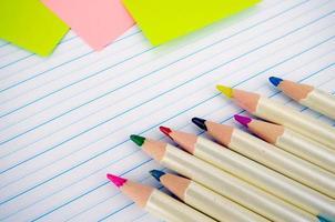 Papelería y papel de cuaderno con líneas.
