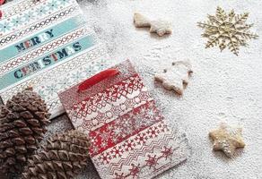 sacos de papel de natal e biscoitos