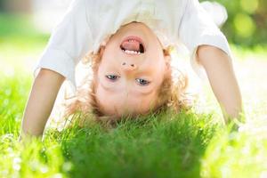 niño en el parque de primavera