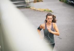 Fitness mujer joven para correr al aire libre en la ciudad foto