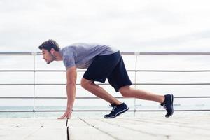 Deportista en posición de inicio al aire libre