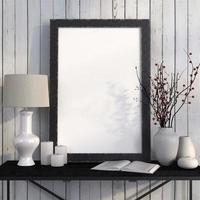 Simulacros de póster en la mesa de metal contra pizarras blancas