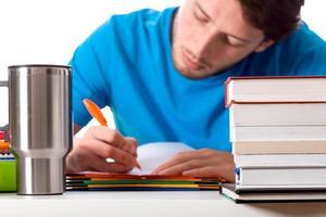 cafe y estudiando