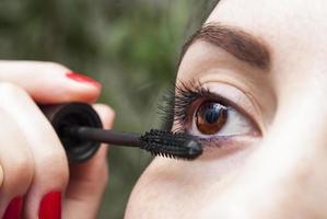 mujer haciendo maquillaje foto