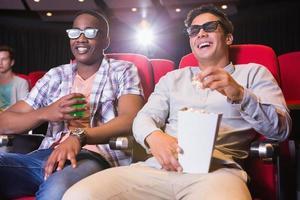 jeunes amis regardant un film 3d
