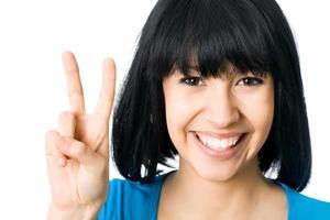 mujer mostrando el signo de la mano de victoria foto