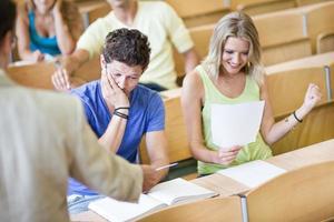 estudiantes que reciben resultados de exámenes.