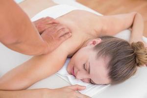 physiothérapeute faisant massage du dos à son patient
