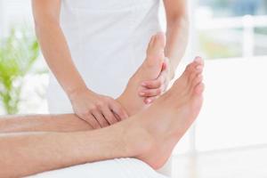 fisioterapeuta haciendo masaje de pies