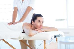 mujer que tiene masaje de espalda foto