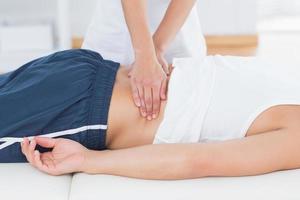 physiothérapeute faisant le massage du dos