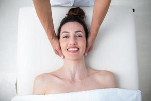 Fisioterapista che fa massaggio al collo