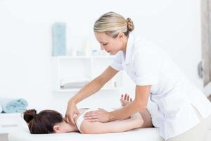 physiothérapeute faisant le massage du cou