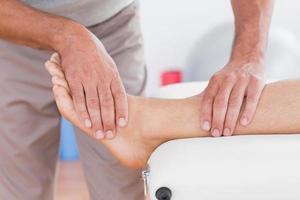 homem tendo massagem nas pernas