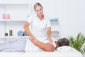 Fisioterapista che fa massaggio alla spalla al suo paziente