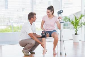 arts die zijn geduldige knie onderzoekt