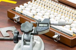 micrómetro de calibración del operador por medidor de bloque foto
