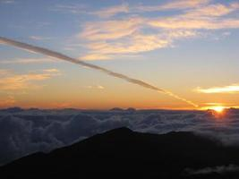 amanecer desde haleakela con rastro de vapor foto