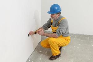 electricista en la instalación de prueba del sitio de construcción foto