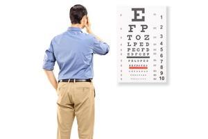 Retrato de un hombre tomando examen de la vista