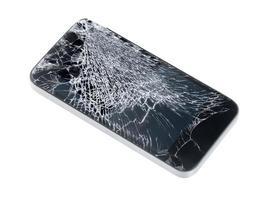 Teléfono móvil con pantalla de cristal roto sobre fondo blanco. foto