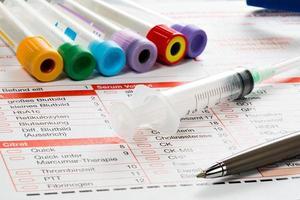 Laborzettel und Utensilien für die Blut Untersuchung