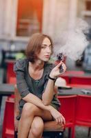 niña con cigarrillo electrónico foto