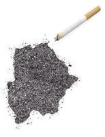 ceniza en forma de botswana y un cigarrillo. (serie) foto