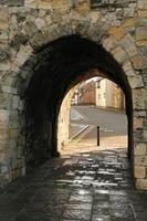 antigua muralla de la ciudad arco en southampton foto