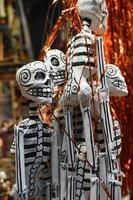 Esqueletos colgantes en el mercado mexicano foto