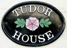 Tudor Haus Namensschild