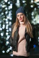 mulher bonita com cabelo comprido, posando sorrindo no estilo de inverno