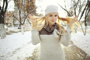 Winterporträt eines niedlichen blonden Teen