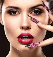 hermosa chica con uñas largas y labios sensuales. cara de belleza