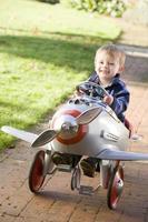niño jugando al aire libre en avión