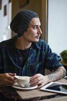 jeune homme arabe avec tatoo