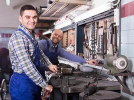 mecánicos trabajando en taller foto