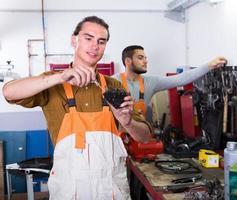 trabajadores en uniforme en taller foto